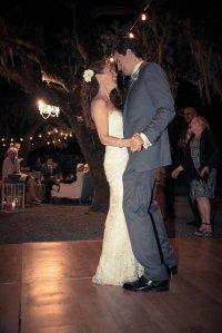 para na parkiecie podczas wesela