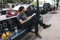 Mężczyzna czytający książkę